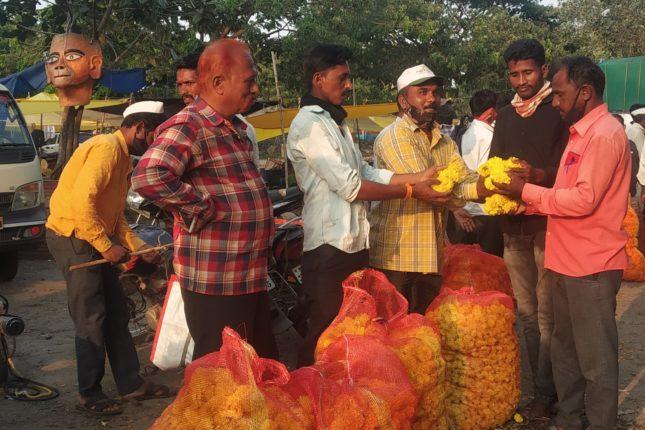 जेजुरीच्या पारंपरिक बाजारात झेंडूला ७० रुपये किलो भाव ; फुलांची आवक कमी ,व्यापारी नाराज