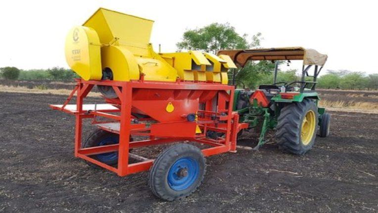 मशीनवर हाताने सोयाबीन दाबत असताना मळणी यंत्रात अडकून शेतकऱ्याचा चेंदामेंदा
