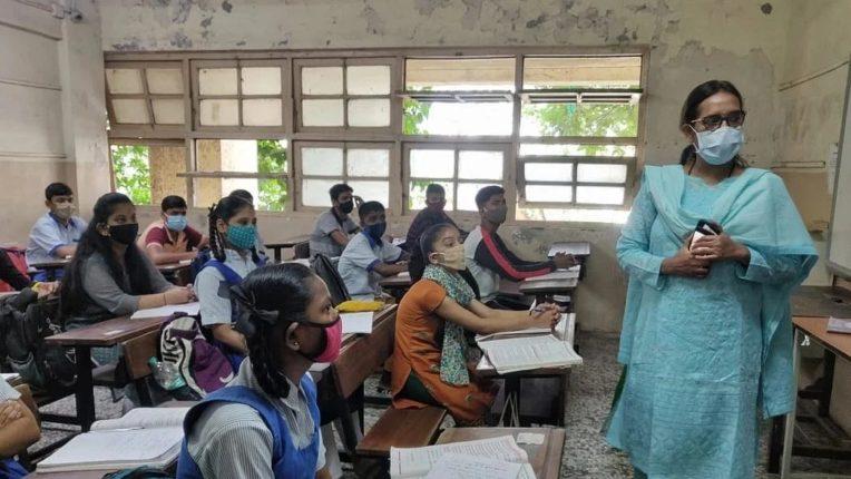 दीड वर्षानंतर सुरु झालेल्या शाळांमध्ये पहिल्याच दिवशी मुलांचे स्वागत, कोरोना नियमांचे पालन करण्याच्या सूचना