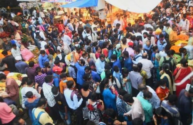 Mumbai: Storm crowd in Dadar's full market; The fuss of social distance as customers rush to shop