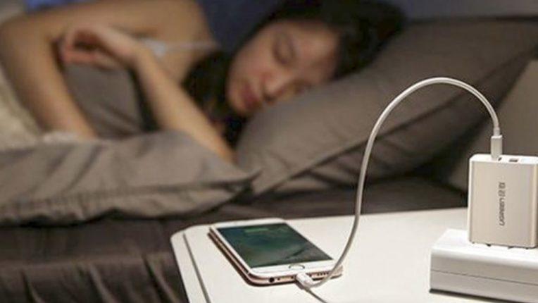 रात्रभर मोबाईल चार्जींगवर लावून झोपता?; मग हे नक्की वाचा