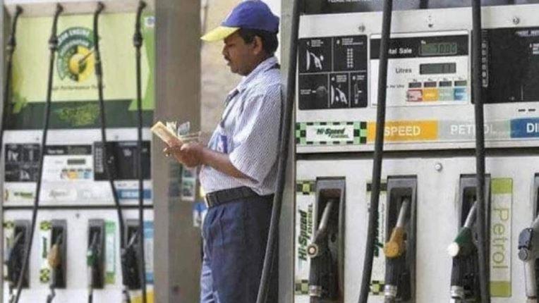 कच्च्या तेलाच्या किंमती पुन्हा भडकल्या, दिल्लीत पेट्रोल १०४ रुपये पार तर मुंबईत डिझेलने गाठला रेकॉर्डब्रेक उच्चांक
